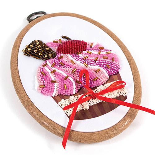 8423/БПц Наборы для вышивания с бисером и пяльцами Матренин посад 'Вишенка на торте' 10*13см