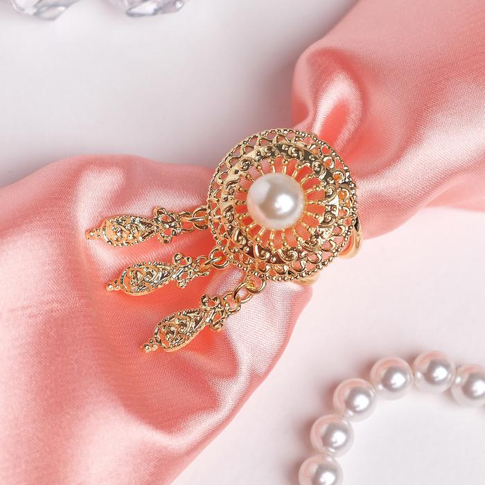 4570804 Кольцо для платка 'Круг с жемчужиной' три подвески, цвет белый в золоте