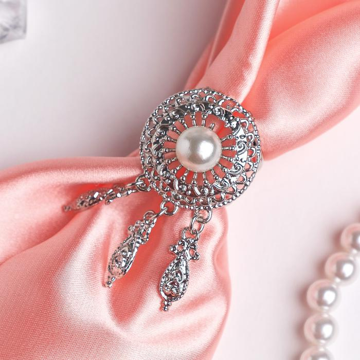 4570805 Кольцо для платка 'Круг с жемчужиной' три подвески, цвет белый в серебре