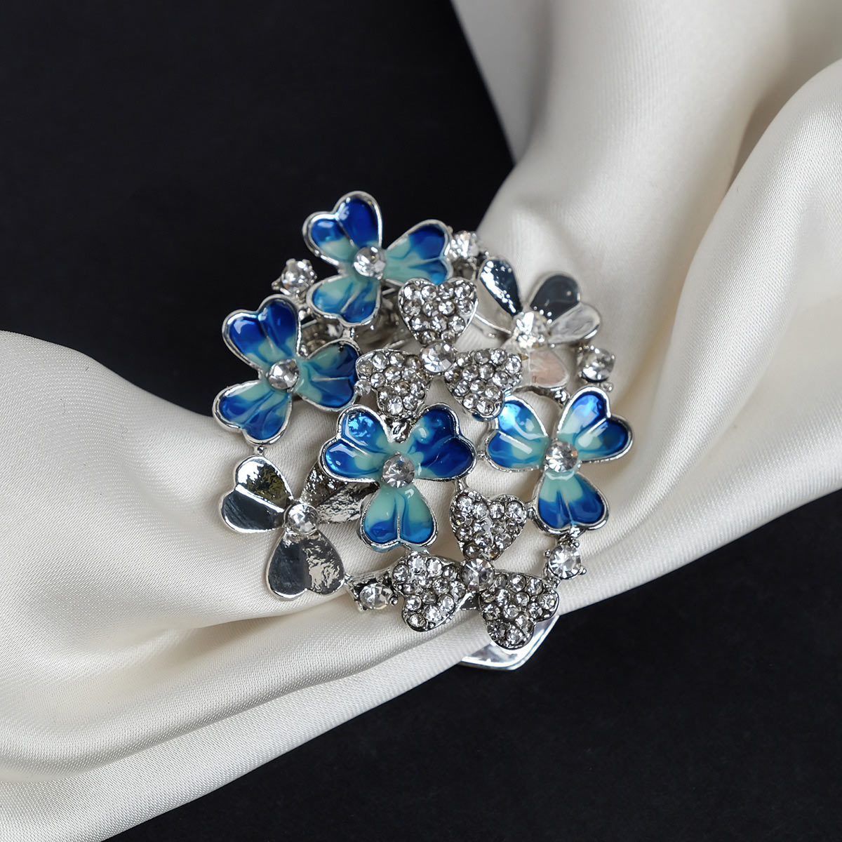 4687498 Зажим для платка 'Цветы', цвет бело-синий в серебре