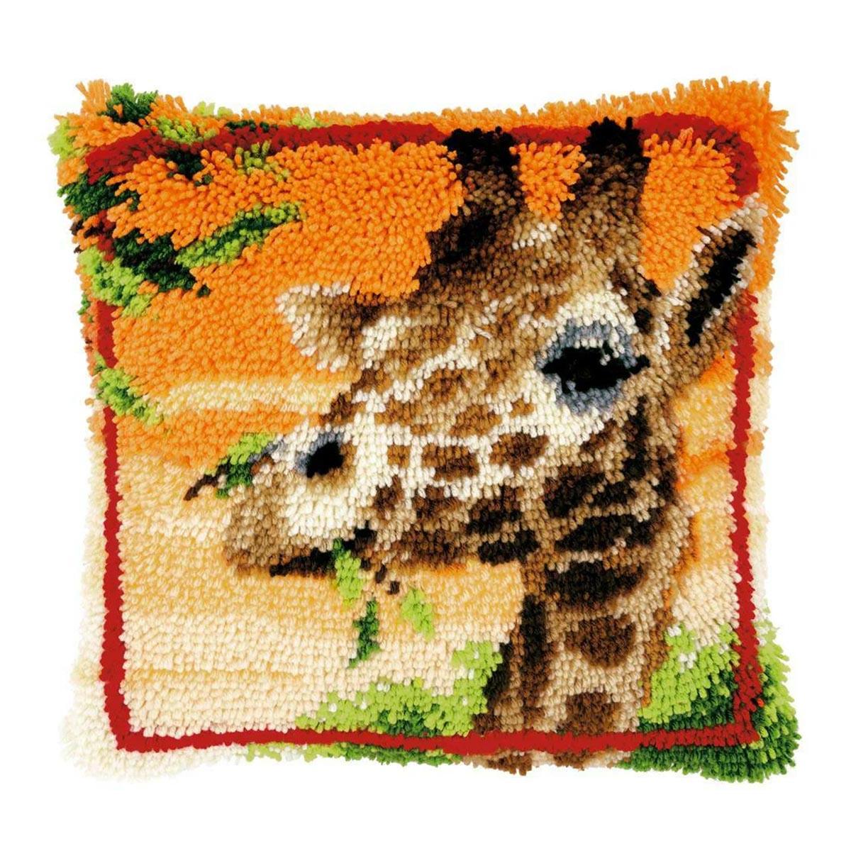 0147957-PN Подушка (ковровая техника) Vervaco 'Жираф, жующий листья' 40x40 см