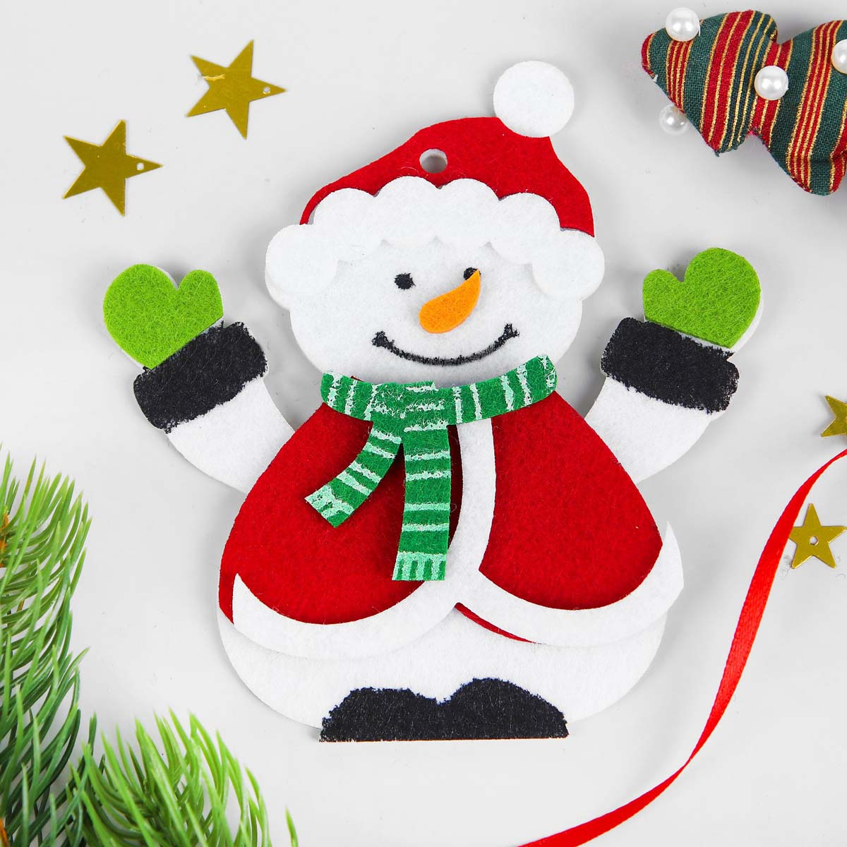 3555004 Набор для творчества - создай елочное украшение из фетра 'Снеговик в шапочке'